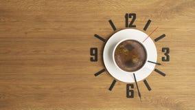 Tazza di caffè con il fondo di progettazione di massima dell'orologio Fotografie Stock