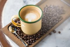 Tazza di caffè con il fuoco selettivo di bella arte del Latte Fotografia Stock
