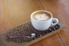Tazza di caffè con il fuoco selettivo di bella arte del Latte Fotografie Stock