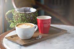 Tazza di caffè con il fuoco selettivo di bella arte del Latte Immagini Stock