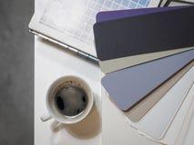 Tazza di caffè con il grafico a colori Immagine Stock