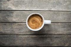 Tazza di caffè con il latte di soia su una tavola di legno, vista superiore fotografia stock