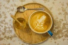 Tazza di caffè con il modello della foglia in una tazza bianca Fotografia Stock Libera da Diritti