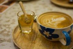 Tazza di caffè con il modello della foglia in una tazza bianca Immagine Stock Libera da Diritti