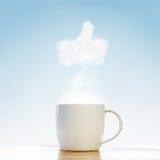 Tazza di caffè con il pollice sul simbolo fotografia stock libera da diritti