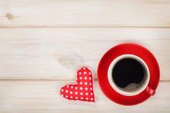 Tazza di caffè con il regalo del cuore del giocattolo Immagini Stock Libere da Diritti