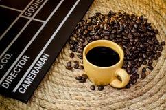 Tazza di caffè con l'ardesia sulla corda della iuta Fotografia Stock