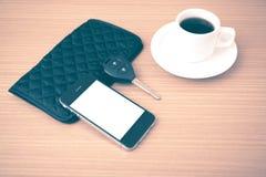 Tazza di caffè con la chiave ed il portafoglio dell'automobile del telefono Fotografie Stock Libere da Diritti