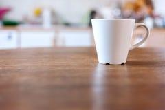 Tazza di caffè con la cucina d'annata Immagine Stock Libera da Diritti