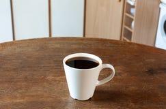 Tazza di caffè con la cucina d'annata Fotografie Stock Libere da Diritti