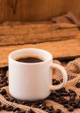 Tazza di caffè con la natura morta dei fagioli Fotografie Stock Libere da Diritti