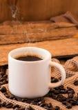 Tazza di caffè con la natura morta dei fagioli Fotografie Stock