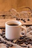 Tazza di caffè con la natura morta dell'annata dei fagioli Fotografie Stock Libere da Diritti
