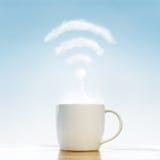 Tazza di caffè con la nuvola di wifi immagine stock