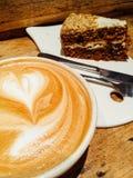 Tazza di caffè con la torta immagini stock