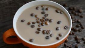 Tazza di caffè con latte archivi video