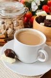 Tazza di caffè con latte e cioccolato Immagini Stock