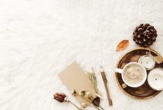 Tazza di caffè con le candele in atmosfera domestica accogliente Immagini Stock