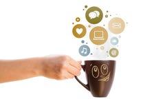 Tazza di caffè con le icone di media e del sociale nelle bolle variopinte Fotografia Stock