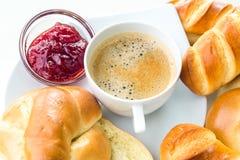 Tazza di caffè con le pasticcerie casalinghe su fondo bianco immagini stock