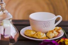 Tazza di caffè con le pasticcerie ed i dolci sulla tavola di legno Fotografia Stock Libera da Diritti