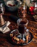 Tazza di caffè con le spezie orientali fotografia stock libera da diritti