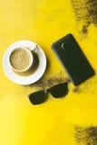 Tazza di caffè con lo Smart Phone ed il dispositivo di raffreddamento neri Fotografia Stock