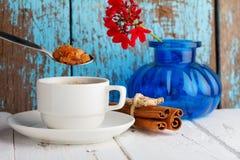 Tazza di caffè con lo zucchero di cristallo del caramello Immagini Stock Libere da Diritti