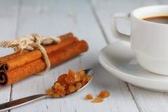 Tazza di caffè con lo zucchero di cristallo del caramello Fotografie Stock Libere da Diritti