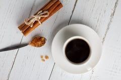 Tazza di caffè con lo zucchero di cristallo del caramello Fotografia Stock
