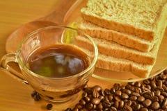 Tazza di caffè con pane integrale e caffè arrostito sparso b Immagini Stock Libere da Diritti