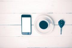 Tazza di caffè con stile d'annata chiave dell'automobile e del telefono Fotografia Stock Libera da Diritti