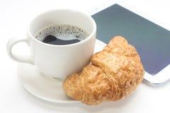 Tazza di caffè con un croissant Immagini Stock
