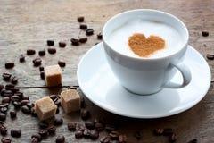Tazza di caffè con un cuore di cannella Immagini Stock