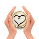 Tazza di caffè con un cuore e le mani Fotografie Stock Libere da Diritti