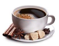 Tazza di caffè con zucchero marrone. Fotografia Stock