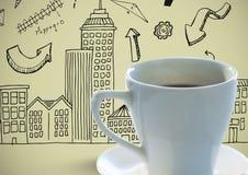 Tazza di caffè contro i disegni verde oliva della città del backgroundwith Fotografie Stock