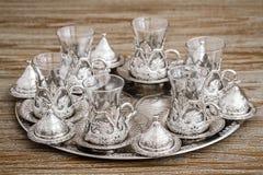 Tazza di caffè d'argento tradizionale messa in un vassoio su fondo di legno Fotografia Stock Libera da Diritti