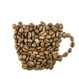 Tazza di caffè dai chicchi di caffè isolati su bianco Immagine Stock