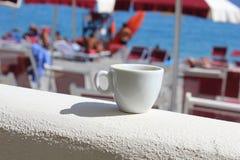 Tazza di caffè davanti alla spiaggia Fotografia Stock Libera da Diritti