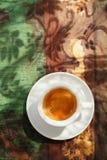 Tazza di caffè del caffè espresso sulla tavola rustica con il sole Immagini Stock