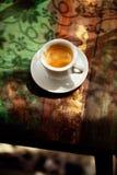 Tazza di caffè del caffè espresso sulla tavola rustica con il sole Immagine Stock Libera da Diritti