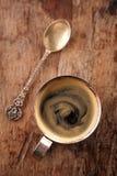 Tazza di caffè del caffè espresso sulla tavola rustica con il sole Fotografia Stock