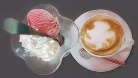 Tazza di caffè del cappuccino e gelato Immagine Stock Libera da Diritti