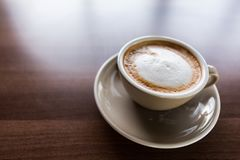 Tazza di caffè del cappuccino sulla tavola di legno immagine stock libera da diritti