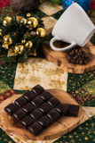 Tazza di caffè del cioccolato, palle di natale dei chicchi di caffè con il concetto di natale Fotografia Stock Libera da Diritti