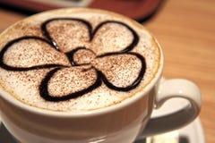Tazza di caffè del latte o del cappuccino con la schiuma di arte Fotografia Stock Libera da Diritti