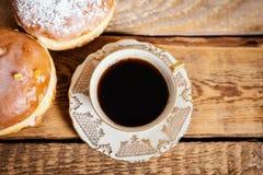 Tazza di caffè delizioso con guarnizioni di gomma piuma saporite su una tavola di legno Immagine Stock