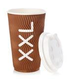 Tazza di caffè della carta di Brown o primo piano del tè isolato su fondo bianco Fotografie Stock
