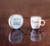 Tazza di caffè della casa di amore fotografia stock libera da diritti